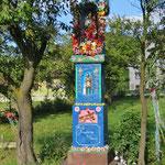 Madonnenfigur am Strassenrand, ein häufiges Bild im katholischen Polen.