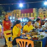 Gut essen auf dem Nachtmarkt von Tak.
