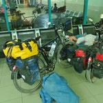 Im Bahnhof von Turkmenabad, morgens um 03.30 Uhr. Bea schläft inzwischen überall.