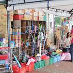 Wer noch Besorgungen zu machen hat, kann seinen Einkauf vor dem Market abgeben. Einfach aber effizient.