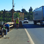 Fahren auf der Autopista 5, ähnlich einer Autobahn. Dank breitem Seitenstreifen nicht gefährlich.