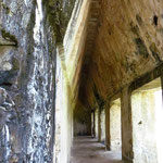 Die Mayas kannten die Gewölbebautechnik nicht. Mit versetztem Aufmauern schufen sie dennoch beeindruckende Arkaden.