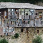 Solche Wohnhäuser gibt es viele in Georgien.