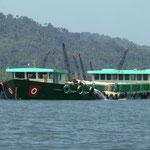 Schwer beladene Lastkähne mit Flusssand auf dem Weg zum Meer.