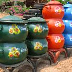 Müllbehälter aus alten Autoreifen, überall in Asien zu sehen. Hier die bemalte Luxusversion.