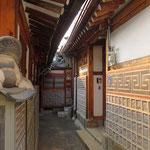 Nahe dem Palast befindet sich das Bukchon Hank Village mit alten, schön renovierten Häusern.
