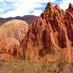 Felsen, Nagelfluh- und Sandsteinwände leuchten in den verschiedensten Farbtönen.