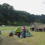 Nur mit Mühe können wir uns einen Platz auf dem Camping ergattern.