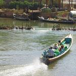 Interessant sind die kleinen Schwellen (Schleusen), die mit den Booten befahren werden.