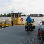 Manchmal bleibt nur eine kleine Personenfähre. Auf den grösseren Kanälen herrscht reger Schiffsverkehr.