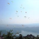 Paraglider in der Nähe von Pokhara. Bei Touris sehr beliebt.
