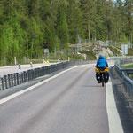 Die E4 ist bis nach Umea oft sehr schmal zum Velofahren. Wir nehmen wann immer möglich Nebenstrassen.