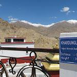 Der Khardung La Pass (verdeckt links in den Schneebergen) liegt auf 5600 m und ist somit einer der höchsten mit Motorfahrzeugen befahrbare Pass der Erde.