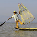 Typisch für den Inlesee sind die Fischer, die auf einem Bein stehend rudern.