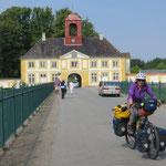 Der Radweg führt mitten durch eine Schlossanlage.
