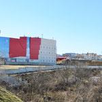 Rechts, neben der grossen Shopping Mall, unser Hostel.