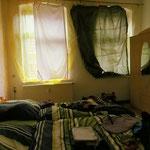 Das Hotelzimmer war etwas mies in Wittenberg. Weil Nachtvorhänge fehlen, basteln wir sie selber mit der Zeltboldenplane.