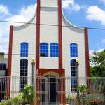 Potemkinsche Kirche: schöne Fassade und dahinter ein einfacher, flacher Bretterbau.