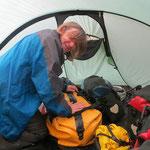Alles im Zelt zusammenpacken, da es wieder mal regnet.