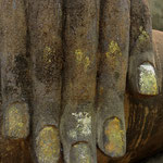Die Fingernägel waren mit Blattgold überzogen.
