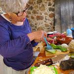 Die Kaktusblätter werden mit Zwiebeln und Käse gefüllt . . .