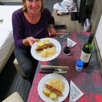 Ein wahres Festessen: Sauerkraut, Kartoffeln und eine Bratwurst - sooo guuuet!!