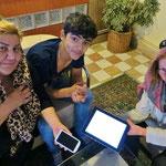 Mutter mit Sohn aus Aserbeidschan. Dank Internetübersetzung können wir uns unterhalten.