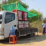Witzig: mobile Tankstelle, vor allem für die Mopeds.