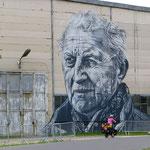 Auf den Maschinenhallen sind ehemalige Arbeiter in riesigen Portraits verewigt.