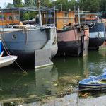 Viele Frachtkähne liegen zur Zeit vertäut am Ufer der Seine.