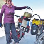 In diese Kannen wird Bezin gefüllt um dann die Motorräder, Dreiräder (und Benzinkocher-Flaschen) zu betanken.