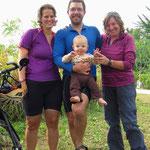 Maya, Gili und Neil aus Kanada geniessen das Velofahren in Korea.