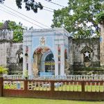 Die Kirche ist irgendwann bei einem Erdbeben eingestürzt. Eine kleine angebaute Kapelle ist der Ersatz.