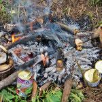 Unser Nachtessen kocht am Feuer.