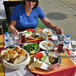 Ein tolles türkisches Frühstück! Hat Bea eine saure Gurke erwischt?