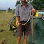 Hinter unserem Zelt hat sich die Schlange gehäutet. 160 cm lang ist das Schuppenkriechtier.