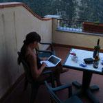 Isa schreibt Tagebuch und checkt Mails