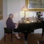 Unsere Meet-me-Freundin Evelyne Schönbohm bei einem musikalischen Intermezzo am Flügel .