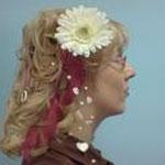 Brautfrisur mit handgefertigtem Haarschmuck