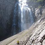 Und wieder nur Stufen, aber dieses Mal in der erfrischenden Gischt des Wasserfalls