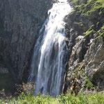 Und wieder dürfen wir vor dem Wasserfall posieren