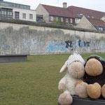 Nochmals vor der Berliner Mauer. Hinten die Häsuer waren West-Berlin. Was wir hier sahen und lasen, war unglaublich und berührend. Und das ist erst etwas mehr als 20 Jahre her.