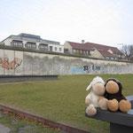 An der Bernauerstrasse, vor der Berliner Mauer in der sogenannten Todeszone. Wer hier von einem Wachposten gesehen wurde, wurde verhaftet oder erschossen