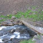 Dann muss der Fluss überquert werden, der Wasserfall ohrenbetäubend nahe