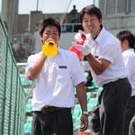 応援をまとめた3年の木村(左)と岡本佳之(右)