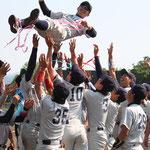 胴上げされる河野学生コーチ(4年:熊本工業高校出身)