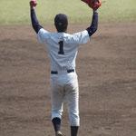 初の優勝投手の川満(4年:宮古総合実業高校出身)のガッツポーズ様子