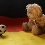 Während andere das Spiel genießen, schaut Herr Nopf einfach Fußball!