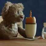 """""""Osterhasi?"""" Erstaunter kann ein Bär nicht sein, wenn beim Frühstück ein Hase aus dem Ei schlüpft."""