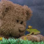 """""""Küss mich"""" hat der Froschkönig zu Herrn Nopf gesagt. Aber ob es getan hat, will der Teddy einfach nicht ausspucken,"""